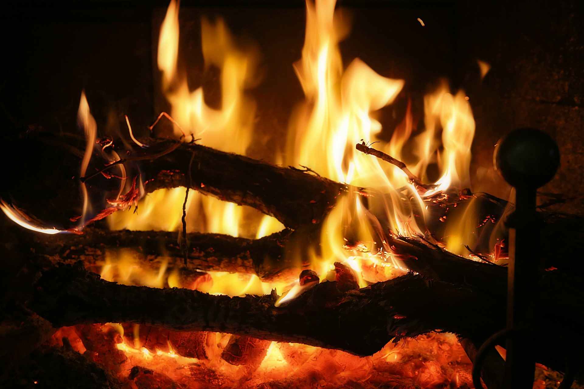 How hot does wood burn?